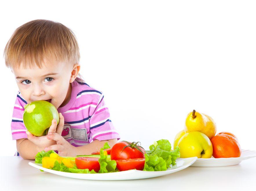 Warzywa i owoce na talerzu dziecka. Ile w nich natury?