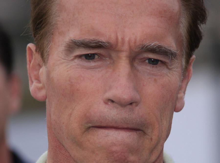 Arnold Schwarzenegger wyląduje na czarnym piasku
