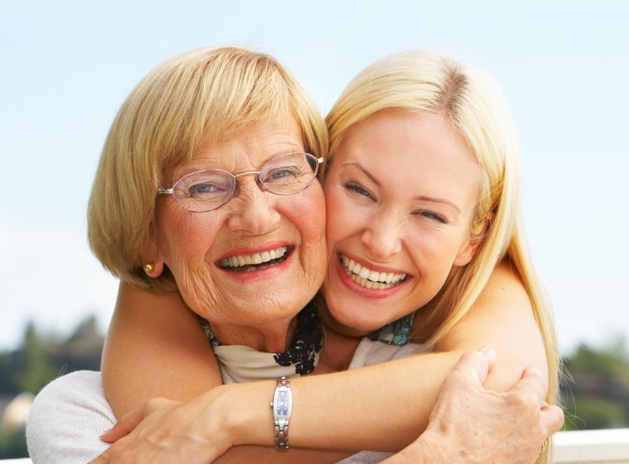 Dorosła córka może pomóc mamie zadbać o siebie