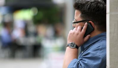 Mężczyzna dzwoni przez telefon