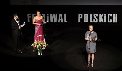 Magdalena Cielecka odbiera Nagrodę dla Najbardziej Stylowej Aktorki 36. Festiwalu Polskich Filmów Fabularnych w Gdyni.