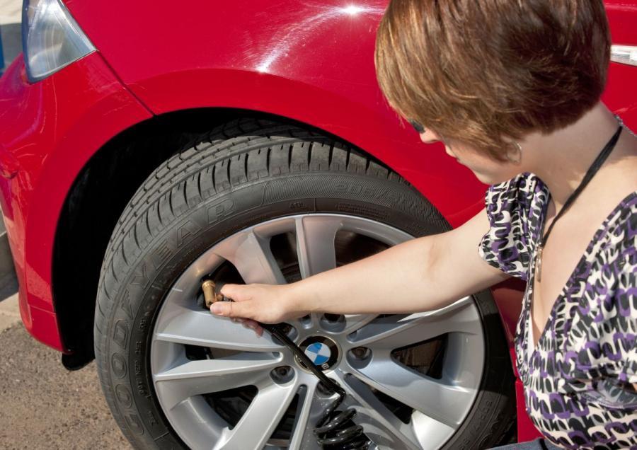 - Sprawdź opony - upewnij się, że bieżnik ma odpowiednią głębokość, a ciśnienie powietrza w oponach jest na zalecanym poziomie