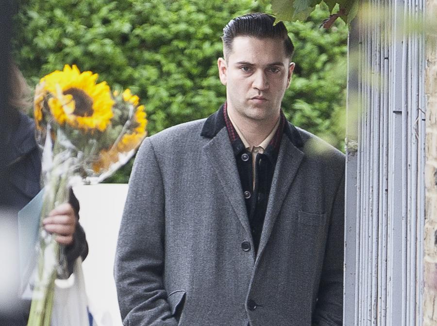 Reg Traviss, ostatni partner Amy Winehouse, przed jej domem w Camden
