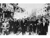 """18 września 1939 mieszkańcy Warszawy niosą transparent """"Niech żyje Anglia"""" na wieść o przystapieniu Wielkiej Brytanii do wojny"""