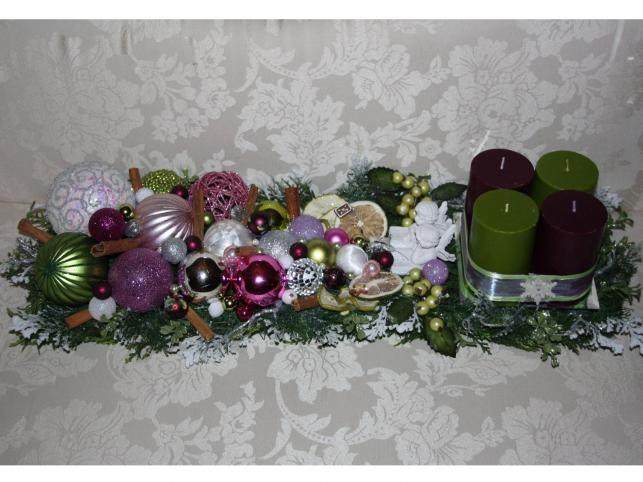 Bożonarodzeniowy stroik z przewagą fioletów i zieleni z czterema świecami. Autorka: Marta Jarosińska-Mańka
