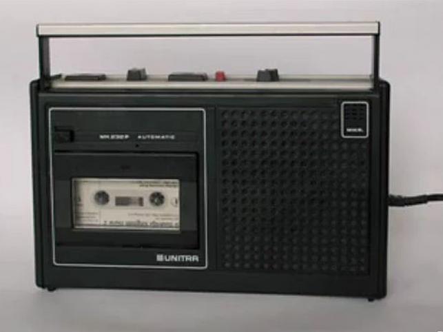 Magnetofon kasetowy Unitry wzorowany na wyrobie licencjonowanym przez firmę Grundig