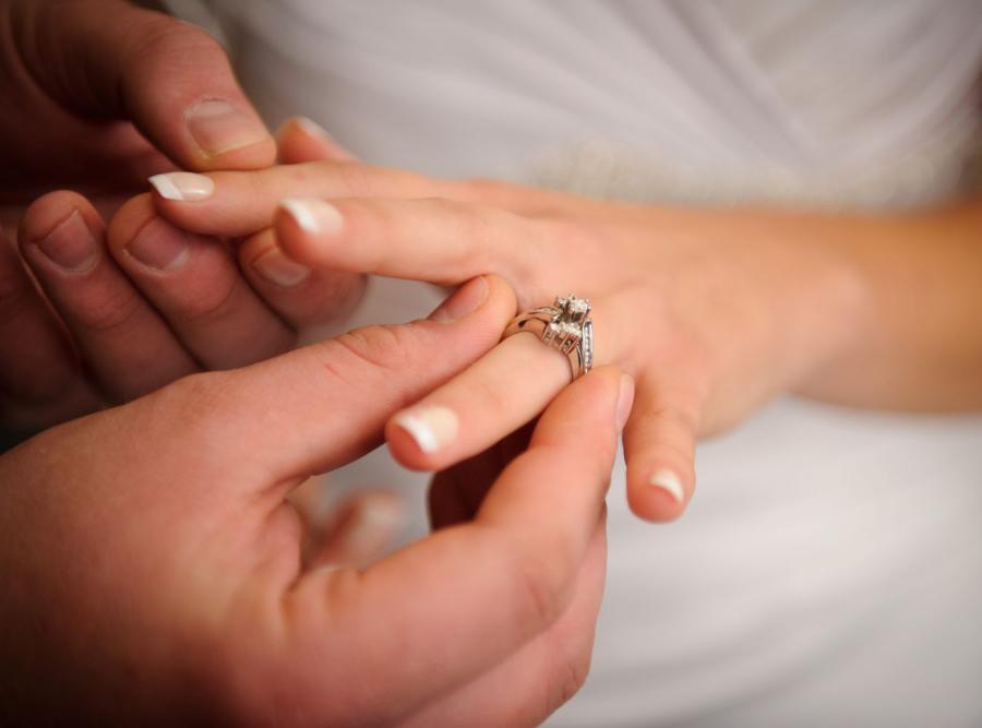 Mąż zakłada obrączkę żonie
