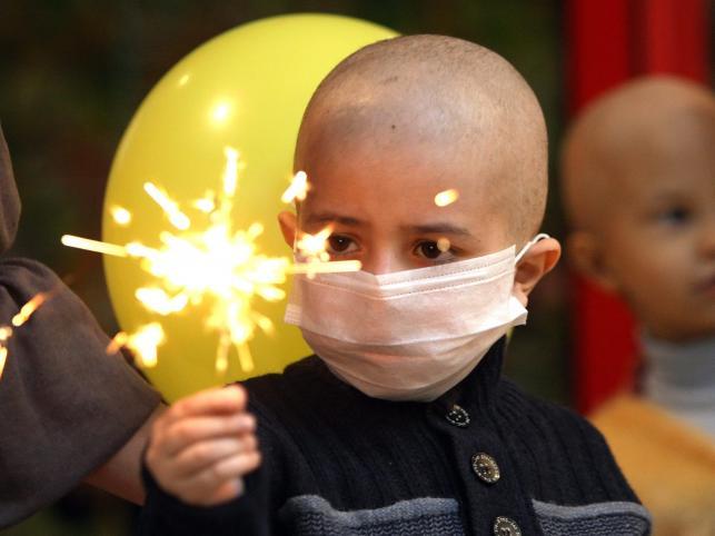 Chwila radości w przepełnionych badaniami i nieprzyjemnym leczeniem życiu małych pacjentów Białoruskiego Centrum Badań Onkologii Dziecięcej i Hematologii, dzieci zmagających się z nowotworem
