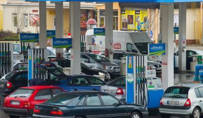 Kolejka niemieckich aut na stacji benzynowej w Słubicach