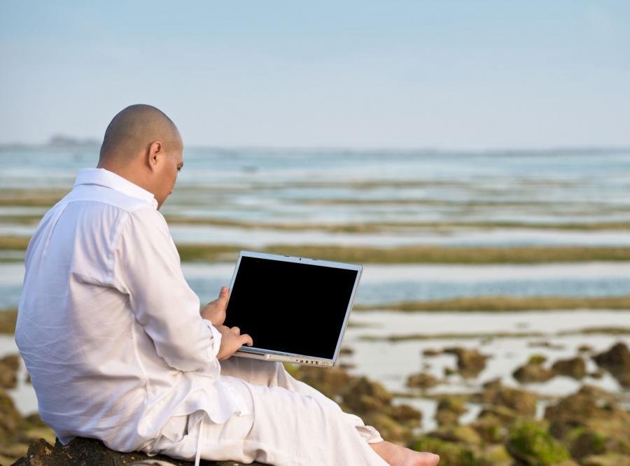Mężczyzna z komputerem
