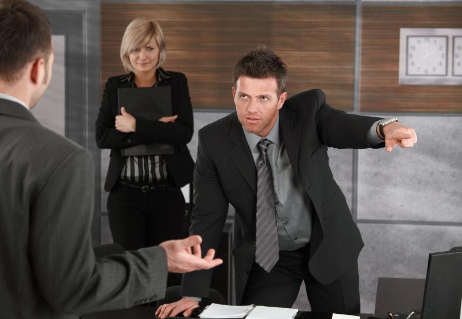 Szef zwalnia pracownika - zdjęcie ilustracyjne