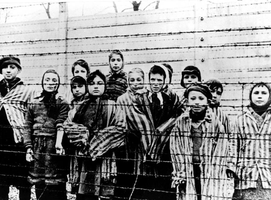 Dzieci w niemieckim obozie koncentracyjnym Auschwitz