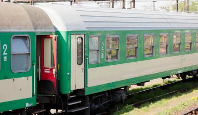 Wagony kolejowe PKP stojące na bocznicy