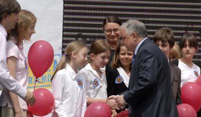 Prezydent zamknął pedofilom dostęp do uczniów