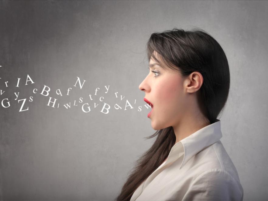 Kobieta wypowiadająca słowa