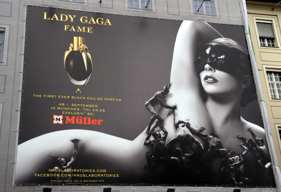 Lady GaGa promuje swoje perfumy \
