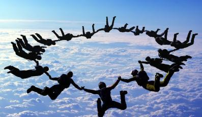 Grupa skoczków tworzy formację