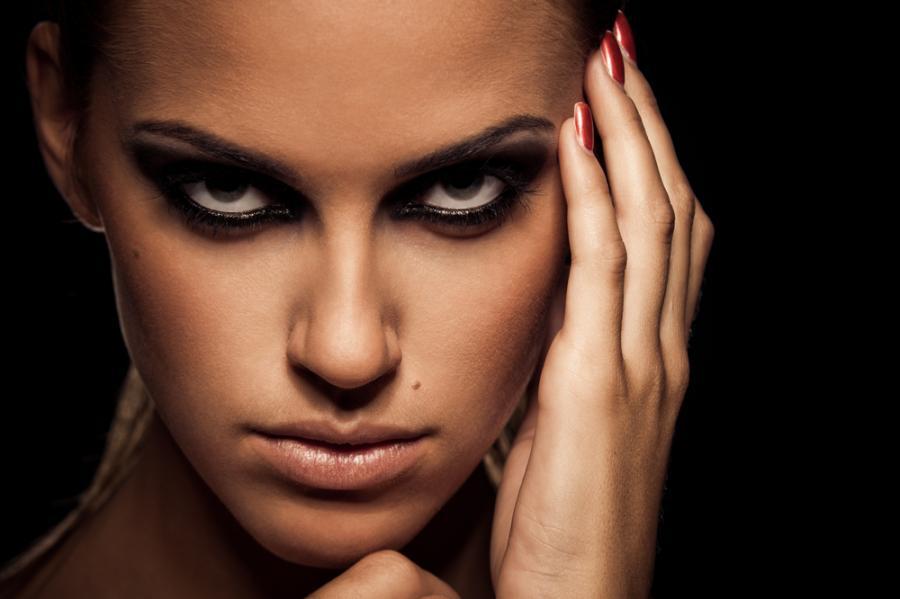 Kobieta w makijażu smoky eye