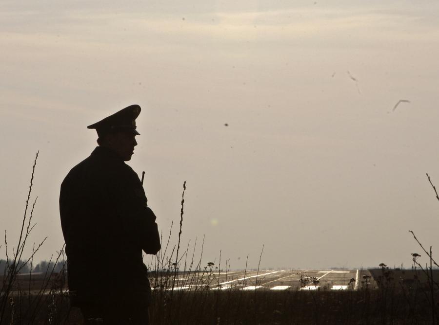 Rosyjski funkcjonariusz przed lotniskiem w Smoleńsku