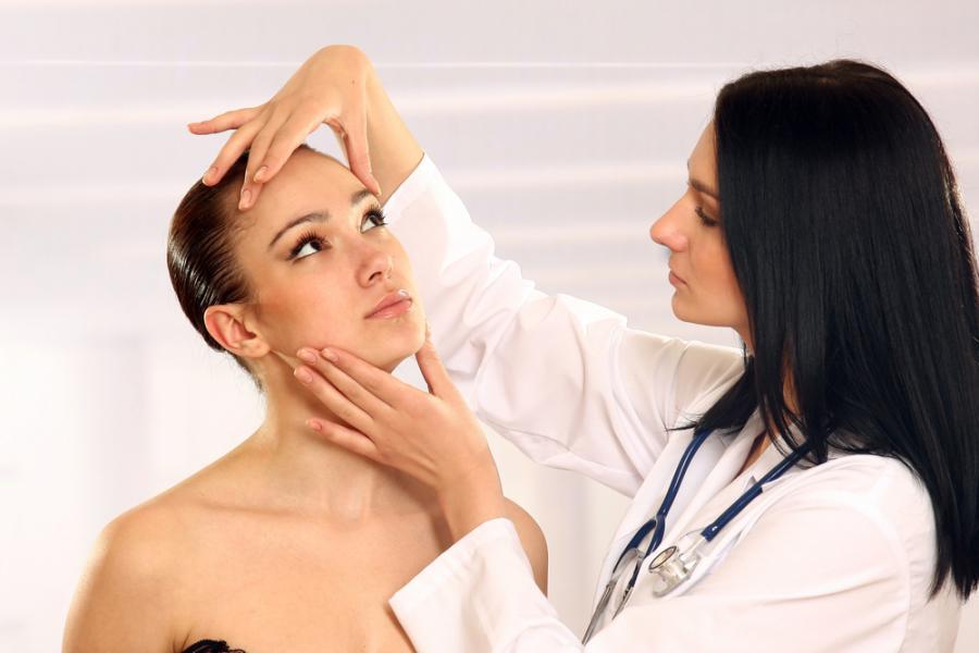 Kobieta u chirurga plastycznego
