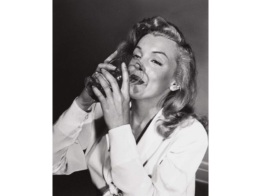Marilyn Monroe na innym zdjęciu Philippe\'a Halsmana pije \