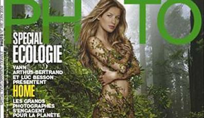 Naga Giselle wśrod zieleni