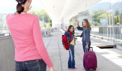 Uczennice w drodze do szkoły