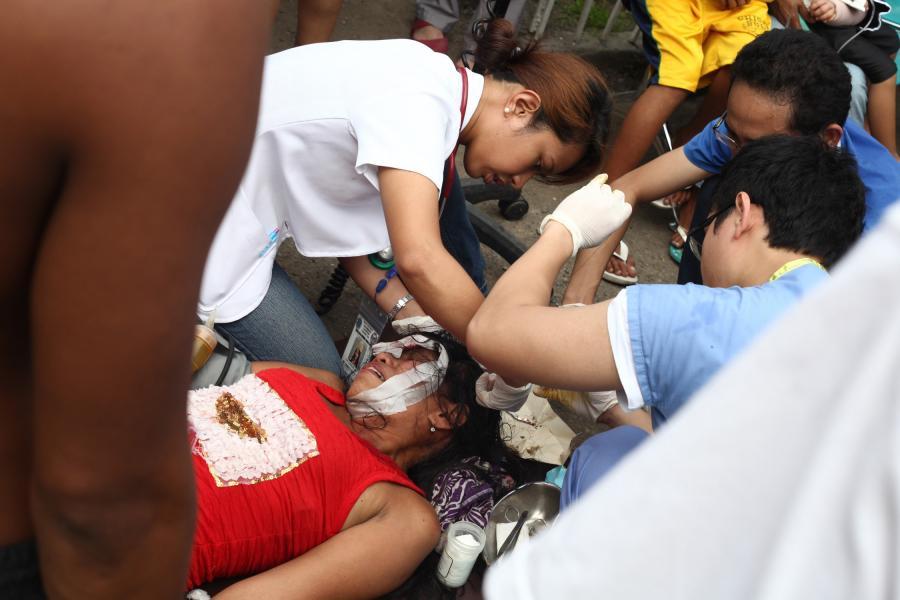 Trzęsienie ziemi filipińskiej na wyspie Cebu. Ratownicy pomagają rannym