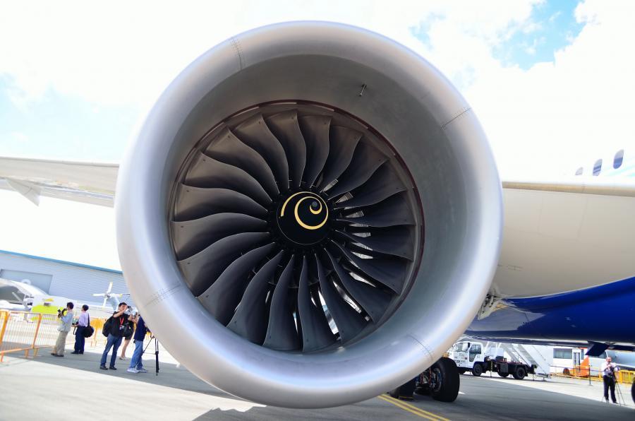 Silnik odrzutowy produkcji Rolls-Royce\'a w samolocie boeing 787 Dreamliner