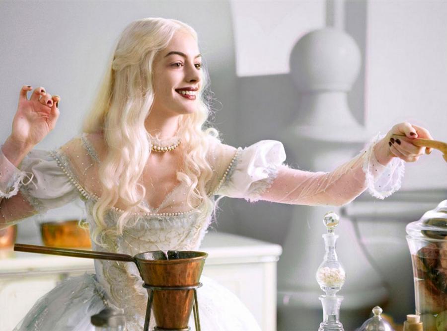 Anne Hathaway jako Biała Królowa z \