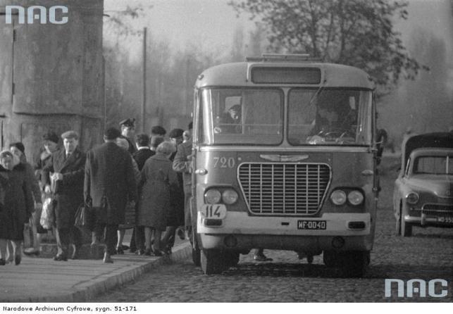 Autobus marki Ikarus linii 114 (numer boczny 720) podczas postoju na przystanku autobusowym