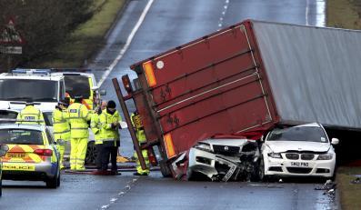 Bathgate, Szkocja. Ciężarówka zdmuchnięta gwałtownym podmuchem wprost na dwa auta