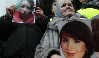 Protestujący ze zdjęciem Tetiany Czornowoł