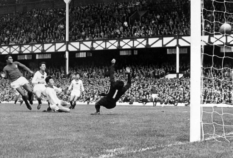 23 lipca 1966 roku. Eusebistrzela jednego z czterech goli w meczu z Koreą Północną w Liverpoolu