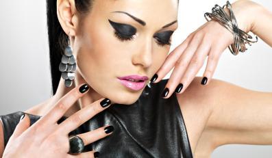 Kobieta w rockowej stylizacji i makijażu