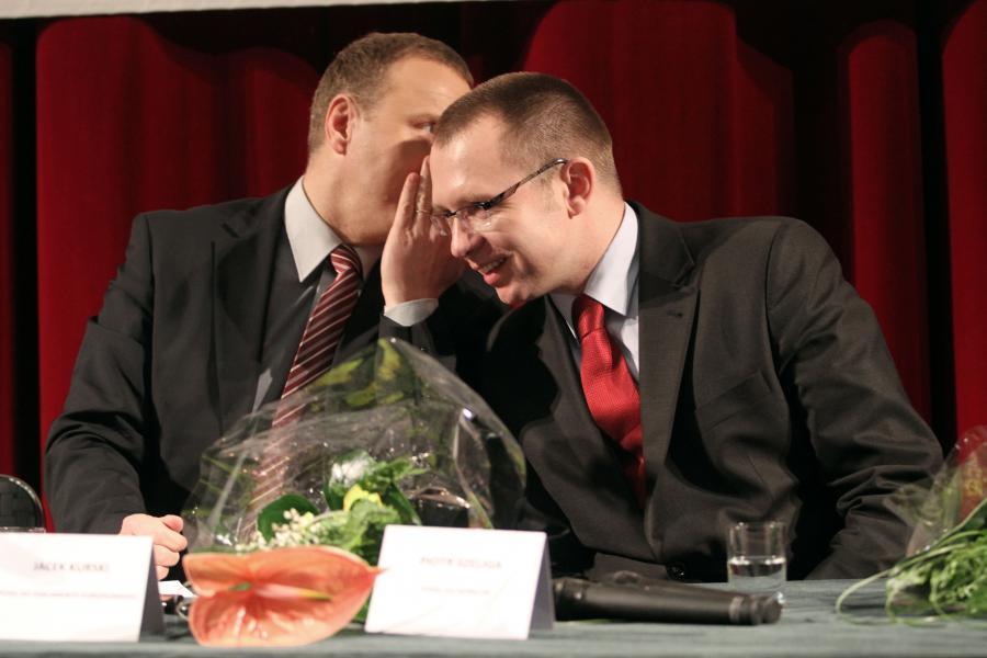 Piotr Szeliga (z prawej) rozmawia z Jackiem Kurskim (z lewej)