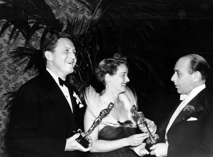 Bette Davis i Spencer Tracy odbierają Oscary z rąk Sir Cedrica Hardwicke w 1938 roku
