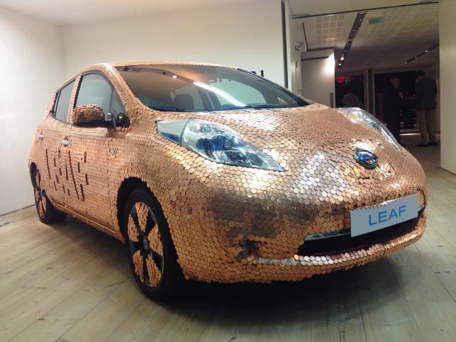 Nissan leaf pokryty monetami