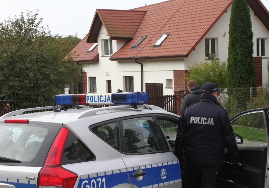 Policja przed rodzinnym domem księdza G. w podkrakowskiej miejscowości