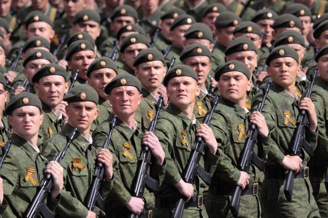 Rosyjscy żołnierze na paradzie w Moskwie