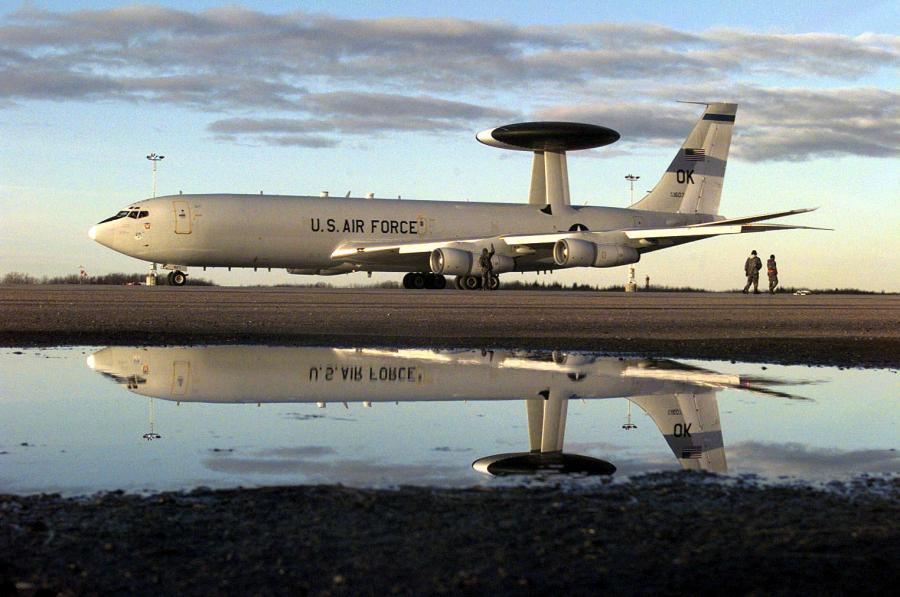 Amerykański samolot E-3 Sentry oczekuje na lot w ramach systemu AWACS