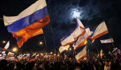 Ludzie świętują wyniki referendum na placu w Symferopolu