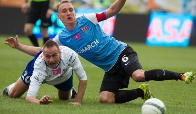 Po starciu padają na murawę Marek Sokołowski (L) z miejscowego Podbeskidzia i Adam Marciniak (P) z Cracovii w meczu T-Mobile Ekstraklasy
