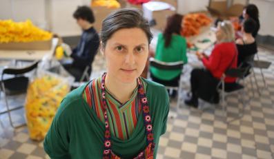 """Autorka """"Tęczy"""" Julita Wójcik w trakcie warsztatów zorganizowanych do przygotowania 22 tyś. sztucznych kwiatów w kolorach tęczy"""
