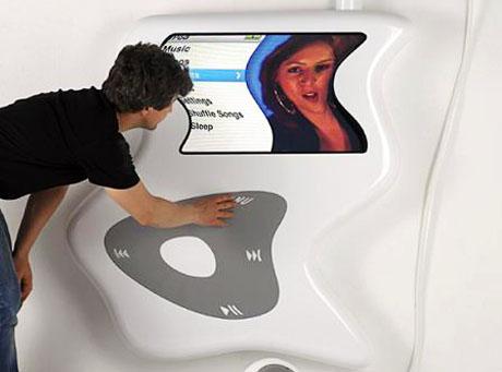 Dzieło sztuki: Pogięty iPod wielkości człowieka