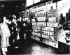 Jan Karski (w otoczeniu kobiet) oprowadza zwiedzających podczas uroczystego otwarcia wystawy Poland's Underground State 20 października 1944 r. w Baltimore (Instytut Polski i Muzeum im. gen. Sikorskiego, Londyn)