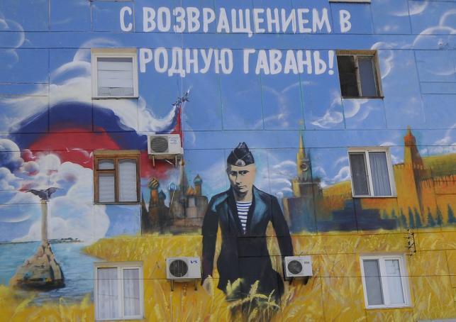 Mural w Sewastopolu, przedstawiający Władimira Putina wśród łanów zboża