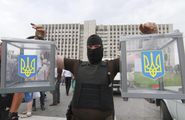 Separatysta sfotografowany z urnami wyborczymi w Doniecku