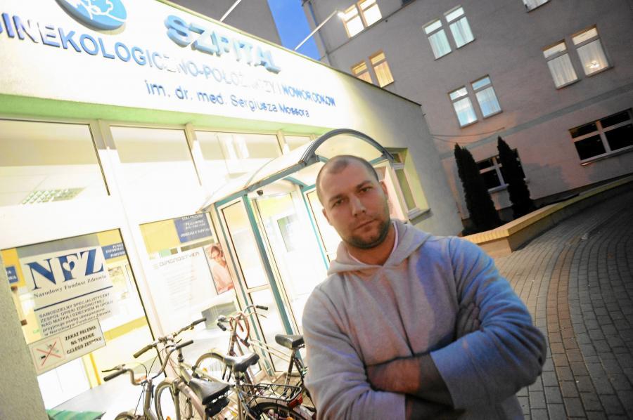 Bartłomiej Bonk przed szpitalem ginekologiczno-położniczym w Opolu