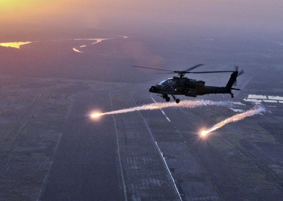 Amerykański śmigłowiec bojowy Apache nad Irakiem